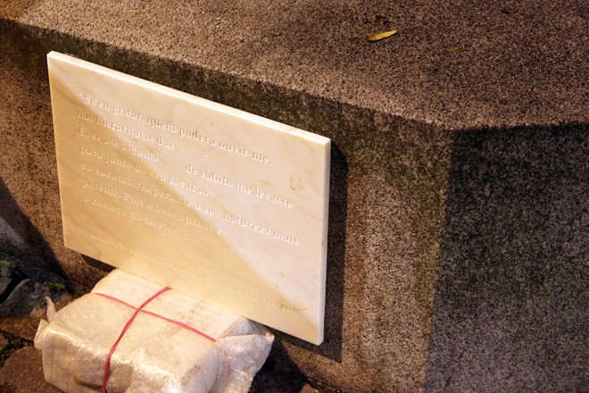Installation of the plaque, Praça do Anjo, Porto, 2015